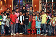 Deepika Padukone and Ranveer Singh posing with children on Comedy Nights With Kapils