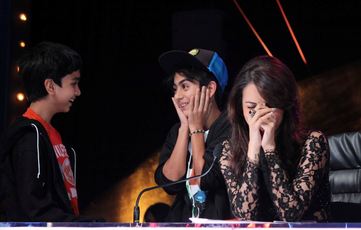Malaika Arora Khan with her son Arhaan Khan on INDIAS GOT TALENT shooting sets during film QUEEN promotions  2