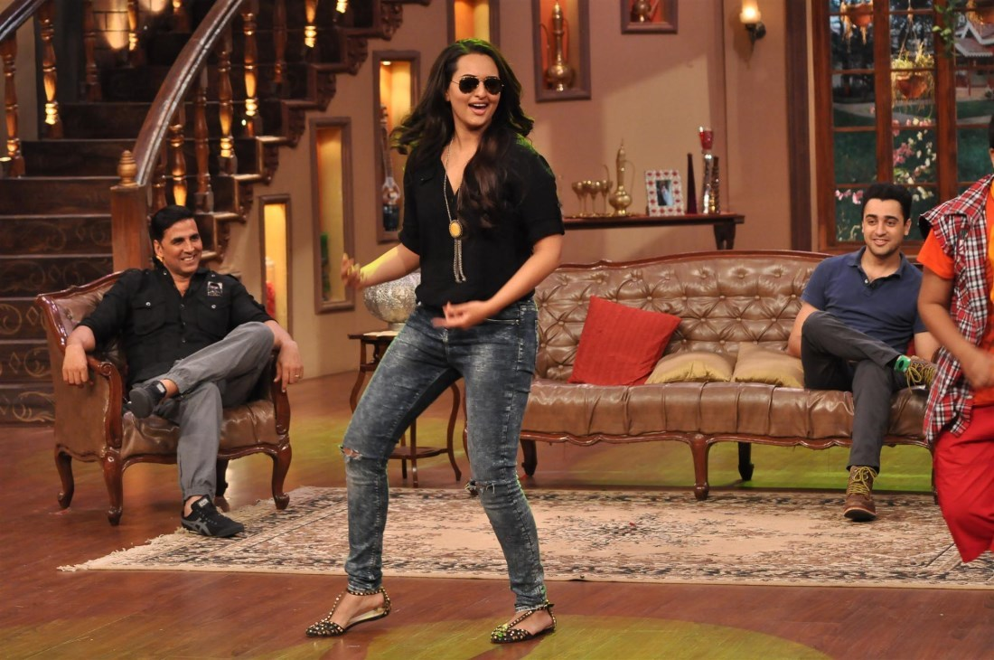 Sonakshi sinha dancing on the sets of comedy nights with kapil 3