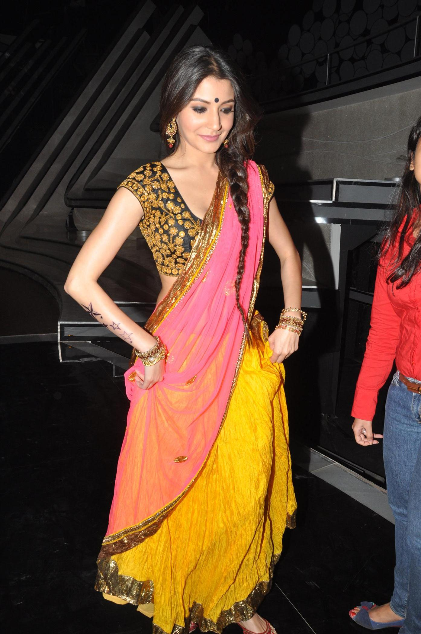 Anushka Sharma promoting Matru Ki Bijlee Ka Mandola on the ...