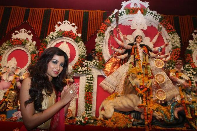 Singer Shreya Ghoshal seeking blessings at North Bombay Sarbojanin Durga Puja Pandal  4