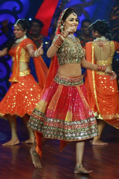 Actress Genelia DSouza dancing on shooting sets of dance reality show Nachle Ve at RK Studios in Mumbai  4