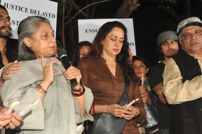deepika padukone with ranveer singh at candle march for delhi rape victim-photo14