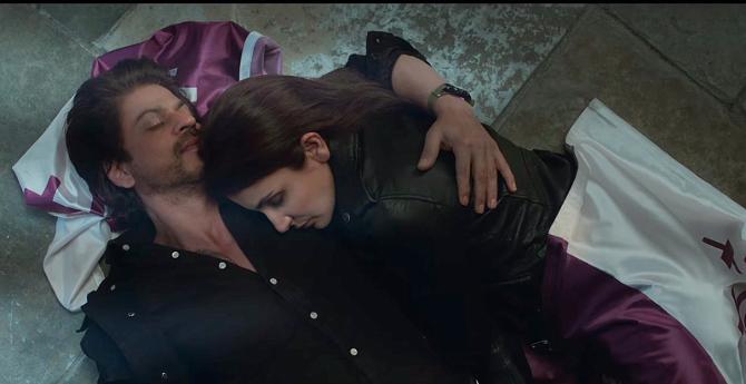 Anushka Sharma and Shah Rukh Khan Jab Harry Met Sejal Movie New Stills  18