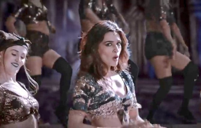 Kriti Sanon Stree Movie Song Pics  5