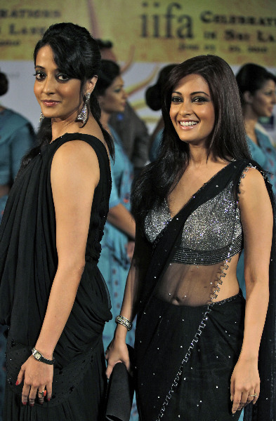 Riya Sen and Raima Sen pose for a picture on the green carpet for the IIFA awards in Colombo